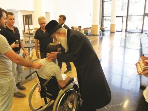 Harav Grossman with injured soldiers.