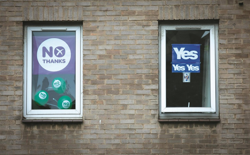 """""""Yes"""" and """"No"""" posters hung in the windows of an apartment in Edinburgh, Scotland.  (Matt Cardy/Getty Images)"""