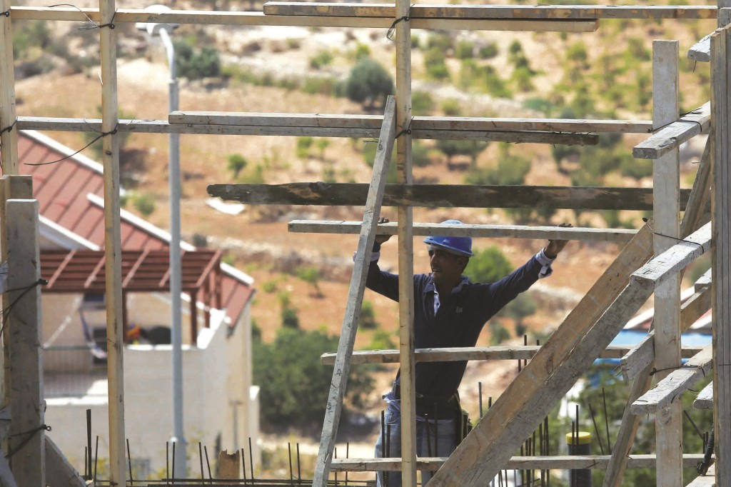 Construction of a building in the Jewish settlement of Efrat. (Flash90)