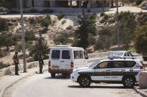 A police roadblock during Interior Security Minister Yitzhak Aharonovich's visit to embattled French Hill on Tuesday.  (Yonatan Sindel/Flash90)