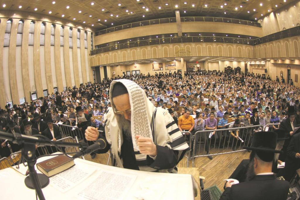 Harav Don Segal leads recitation of Tehillim at the annual Asifas Tehillim Haolami organized by Misaskim, Tuesday. (Hillel Engel)
