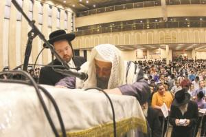 Harav Yecheskel Roth, Karlsburger Rav, recites Tehillim. (JDN)