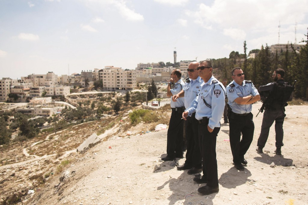 Yerushalyim District Police Commander, Yossi Parienti, and other officers, at the French Hill neighborhood. (Yonatan Sindel/Flash90)