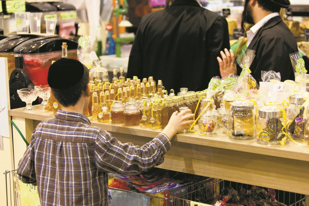 People browse Rosh Hashanah gifts on display in the Rav Shefa mall Erev Rosh Hashanah.  (Kuvien Images)