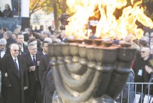 (L-R) Israeli President Reuven Rivlin and Poland's President Bronislaw Komorowski attend a wreath-laying ceremony at the monument honoring the fighters of the 1943 Warsaw Ghetto Uprising during a ceremony to open the core exhibition of the museum.  (AP Photo/Czarek Sokolowski)