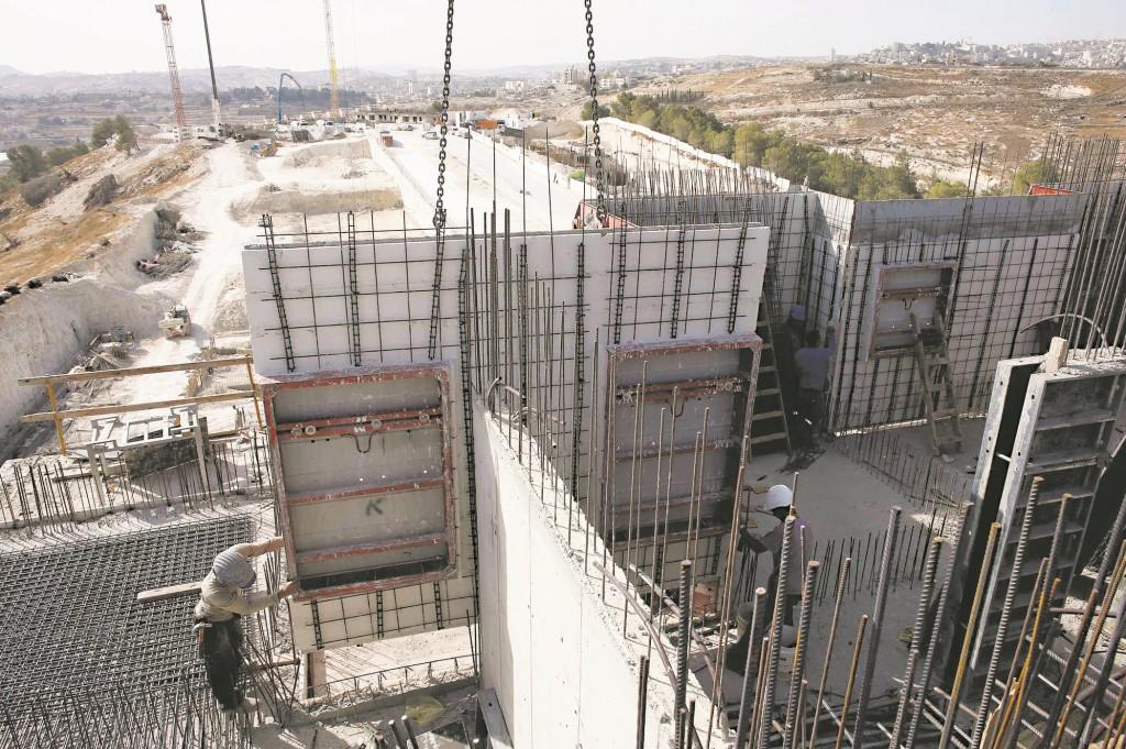 An apartment building under construction in Har Homa, Tuesday. (REUTERS/Ronen Zvulun)