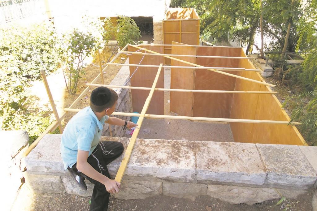 Building sukkos in the Ramat Eshkol neighborhood of Yerushalayim. (Kuvien Images)