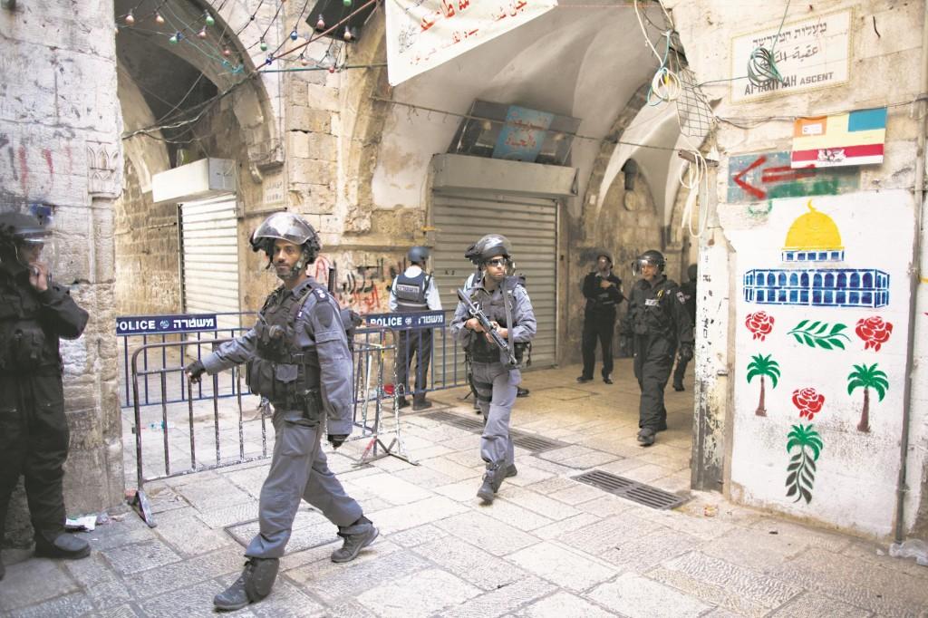 Israeli border police seen patrolling in Yerushalayim's Old City. (Yonatan Sindel/Flash90)