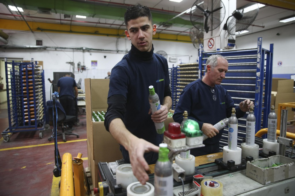 A Palestinian worker on the assembly line at SodaStream's former plant in Mishor Adumim (Flash 90)