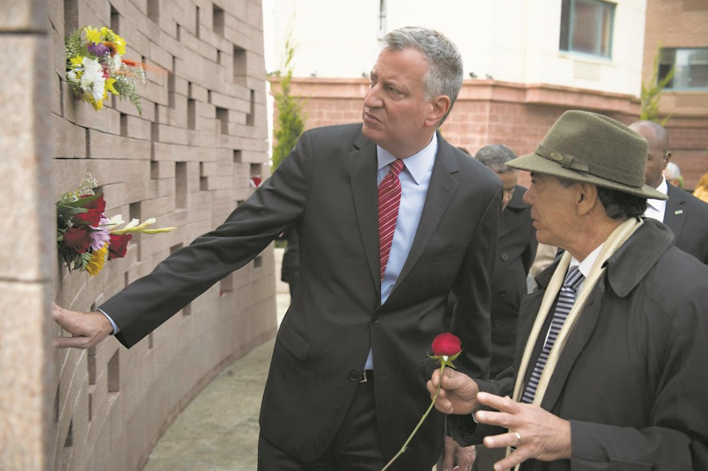 Mayor Bill de Blasio on Wednesday looks at the Flight 587 Memorial in Queens with a relative of one of the victims. (Ed Reed/Mayoral Photography Office)
