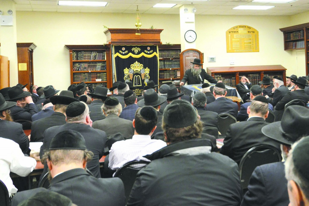 A partial view of the asifah at Khal Tiferes Yaakov, being addressed by its Mara d'Asra, Harav Avraham Schorr. Inset: Harav Elya Brudny. (Kalman Zeines/Elite Photos )