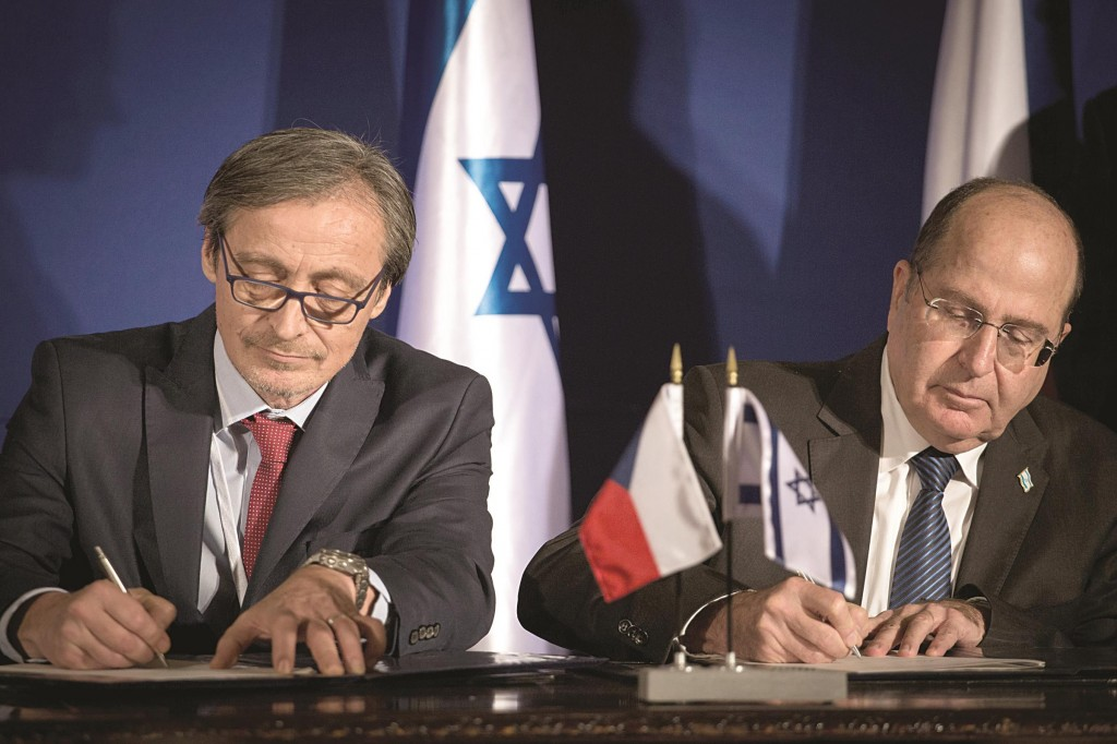 Israeli Defense Minister Moshe Yaalon (R) and his Czech counterpart Martin Stropnicky sign bilateral agreements between the two countries at the King David Hotel in Yerushalayim on Tuesday. Joint declarations were made to enhance cooperation in international affairs, defense, trade and technological research. (Flash90)