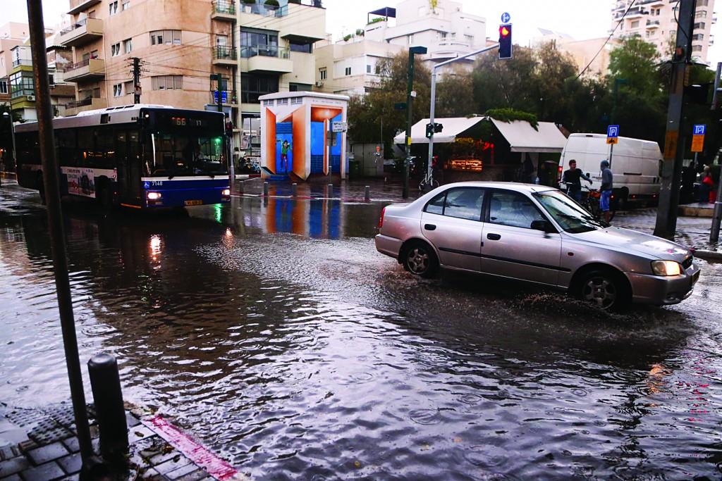 driving in the rain in Tel Aviv. (Flash90)