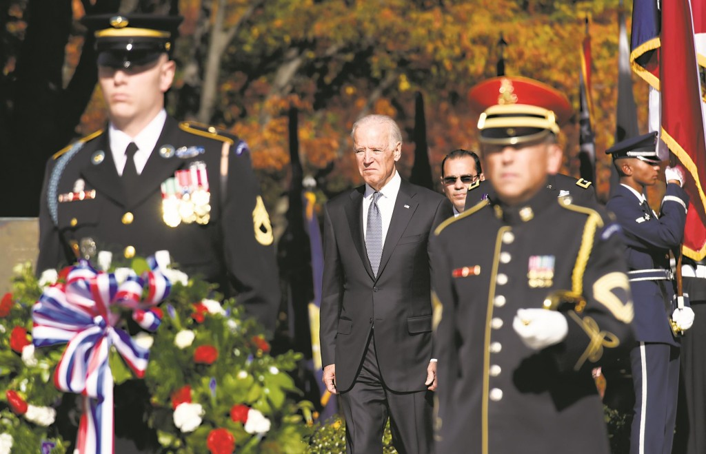 L-R: Vice President Joe Biden (C) arrives to lay a wreath at the Tomb of the Unknowns, Tuesday, at Arlington National Cemetery, Arlington, Va. in honor of Veterans Day. (AP Photo/Ahn Young-joon)