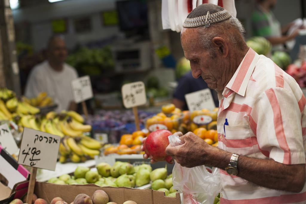 Shopping in Yerushalayim's Machane Yehuda market. (Noam Revkin Fenton/Flash90)