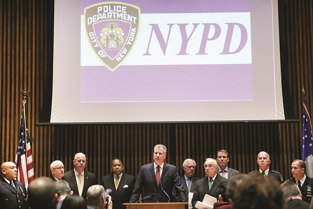 Mayor Bill de Blasio on Monday is joined by Police Commissioner Bill Bratton (R) at police headquarters as he announces new figures on decreasing crime. (Spencer Platt/Getty Images)
