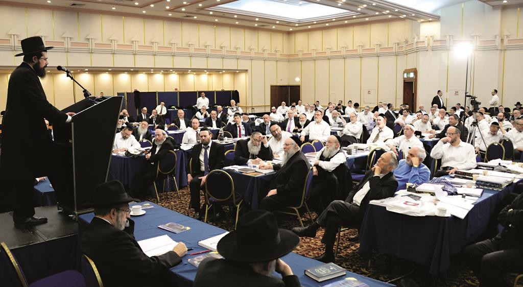 Harav Eliezer Yehuda Finkel, Rosh Yeshivas Mir Yerushalayim, deliver shiurim on the third day of the yarchei kallah.