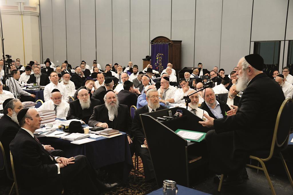 Harav Yitzchak Zilberstein, Mara d'Asra, Ramat Elchanan, Bnei Brak, deliver shiurim on the third day of the yarchei kallah.