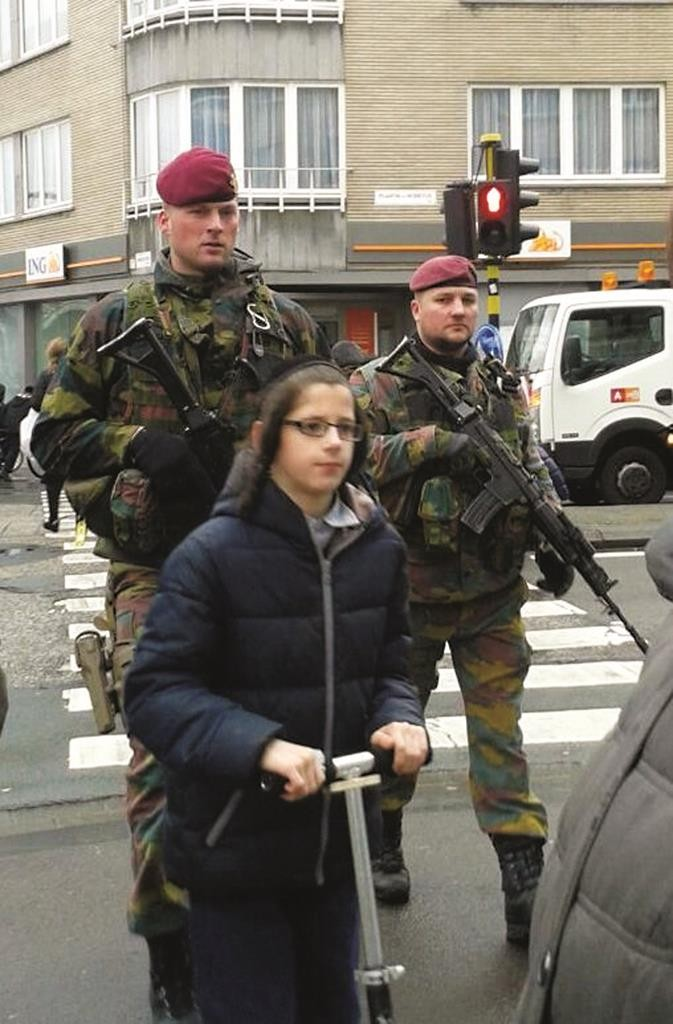 Soldiers patrolling the streets in a Jewish area of Antwerp. (by E. Tabbak)
