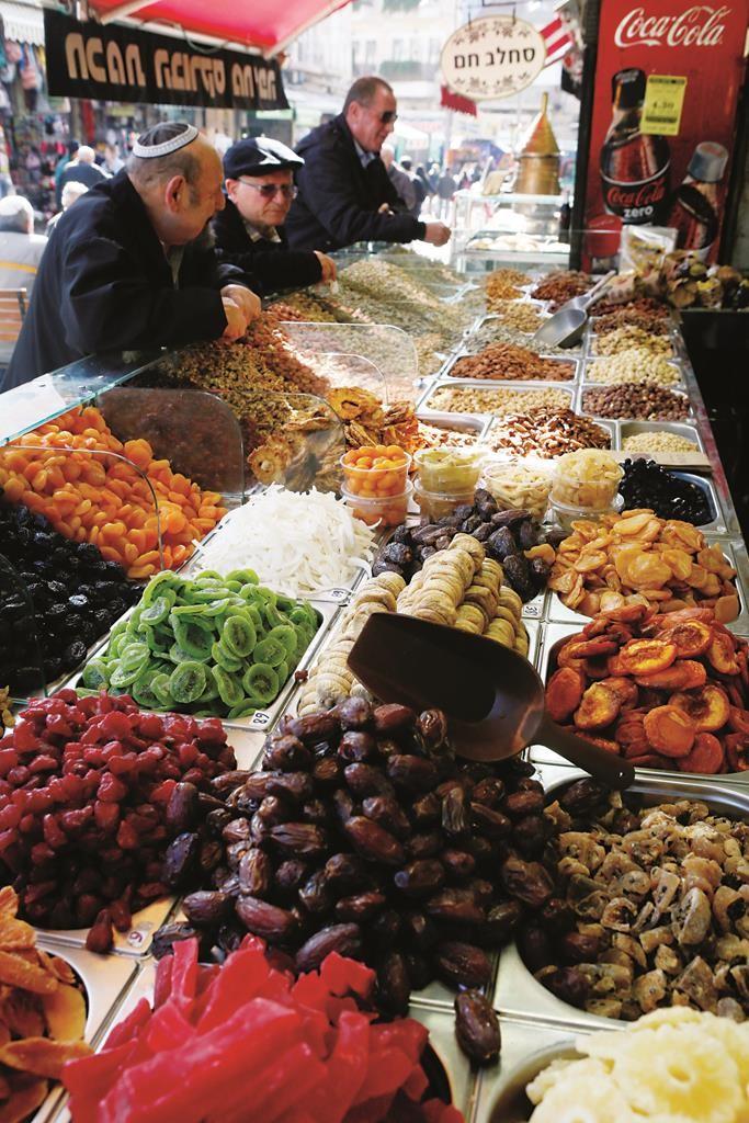 A display of fruits for Tu BiShvat at the Machane Yehudah market in Yerushalayim.  (Miriam Alster/Flash90)
