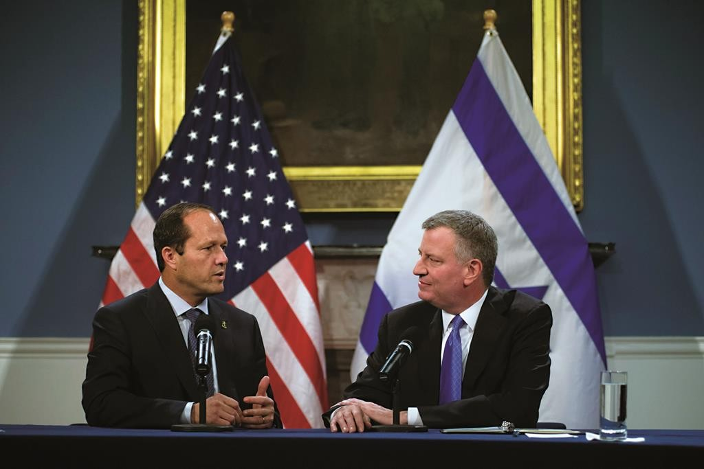 Mayor Bill de Blasio (R) on Wednesday listens to his Yerushalayim counterpart, Nir Barkat, whom he hosted at City Hall. (Mayoral Photography Office)