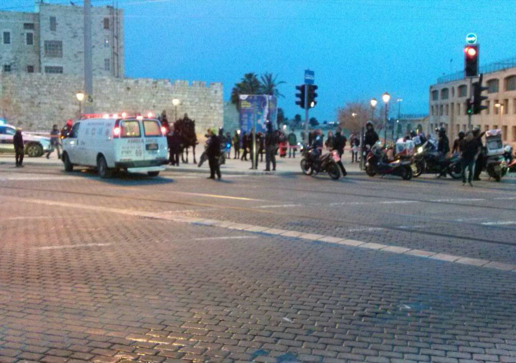 MDA and police cordon off the scene of the stabbing attack in central Yerushalayim, early Sunday evening.