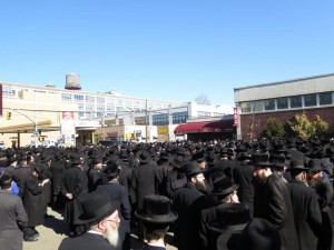 Thousands of people attended the levayah in Shomrei Hadas on Sunday. (JDN)