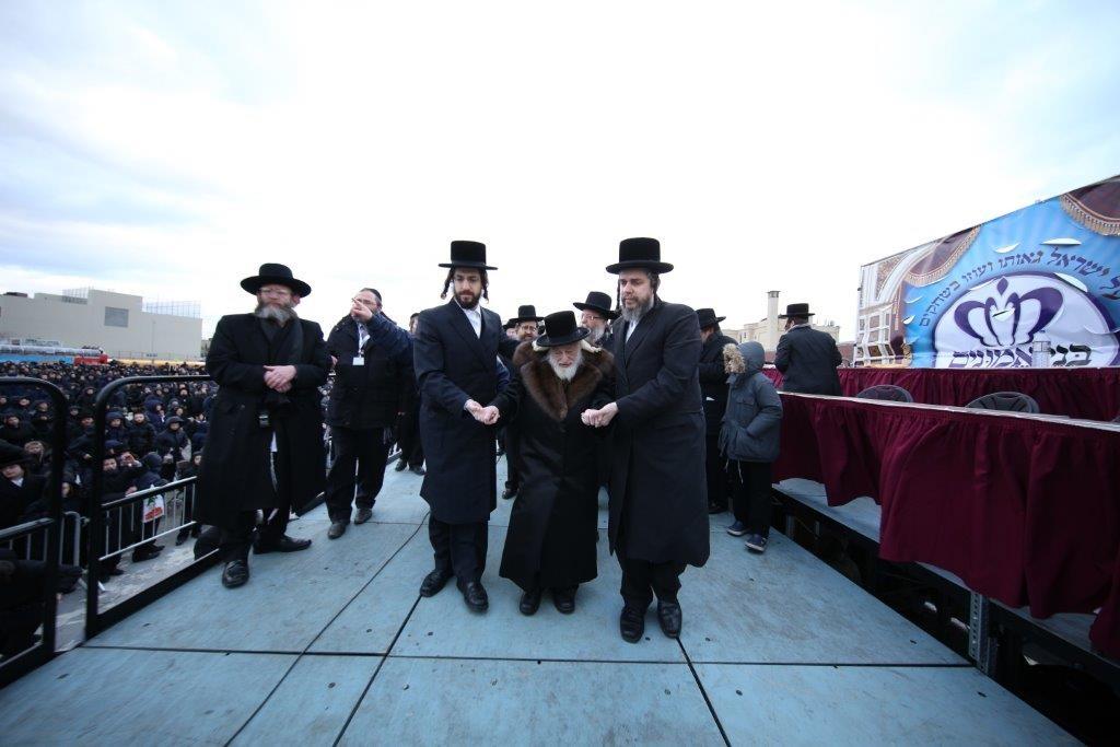 The Skulener Rebbe, shlita, arriving at the event. (Yossi Goldberger/JDN)