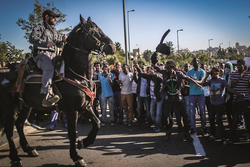 Ethiopians protest against police brutality outside police headquarters in Yerushalayim on Thursday. (Hadas Parush/FLASH90)