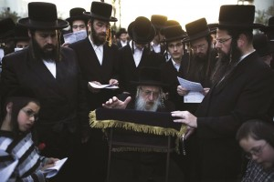 The Chernobyl-Ashdod Rebbe leading tefillos at the rally in Ashdod to protest chillul Shabbos at a major shopping center. (REUTERS/Amir Cohen)
