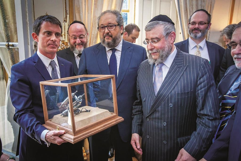 Prime Minister of France Manuel Valls (L) accepting the Lord Jakobovits Prize for European Jewry, with Rabbi Pinchas Goldschmidt, President of the CER and Chief Rabbi of Moscow (3rd L). (CER)