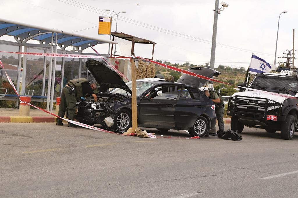 Israeli security personnel inspecting the vehicle of a Palestinian attacker who ran over four people near Alon Shvut, Gush Etzion, on Thursday.(Gershon Elinson/Flash90)
