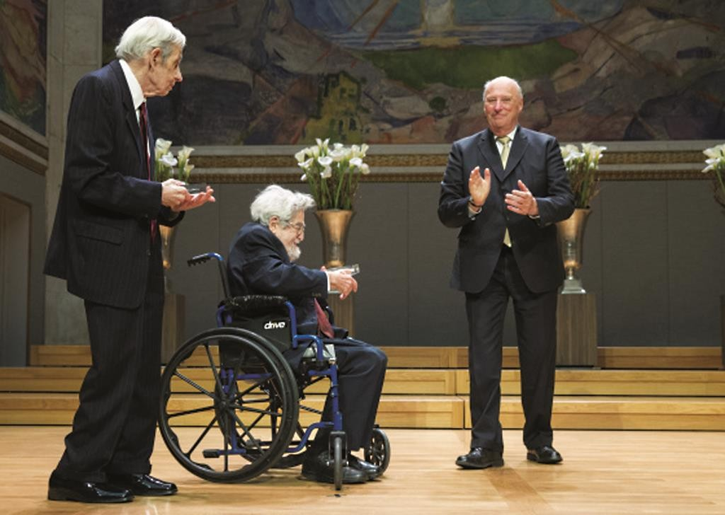 John F. Nash Jr. (L) and Louis Nirenberg (C) receiving the 2015 Abel Prize from Norway's King Harald V (R) in Oslo last week Tuesday. (The Norwegian Academy of Science and Letters)