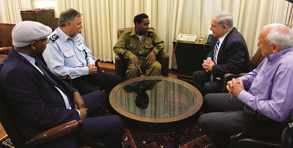 Israeli Prime Minister Binyamin Netanyahu meets with Damas Pakedeh, the Israeli Ethiopian soldier who was assaulted by police officers last week. (Haim Zach / GPO)
