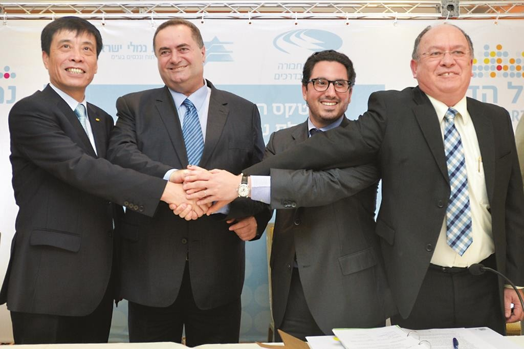 Minister of Transportation Yisrael Katz (2nd L) seen at the signing of an agreement for construction of new ports in Haifa and Ashdod between the Israel Port Authority and Chinese and Dutch companies.  (FLASH90)