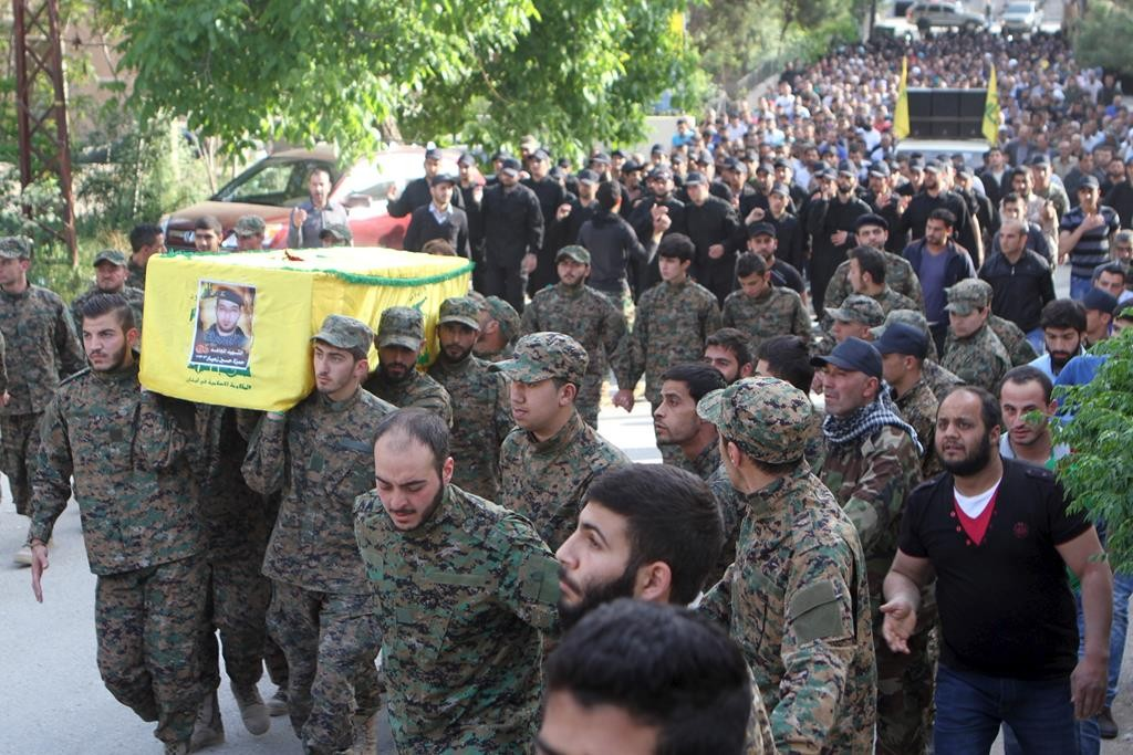 Lebanon's Hizbullah members carry the coffin of their fellow fighter who was killed during clashes between Hizbullah fighters and gunmen from al-Qaida's Syrian wing, Nusra Front, in eastern Lebanon near the border with Syria. (REUTERS/Ahmad Shalha)