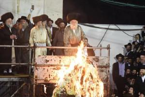 The Toldos Aharon Rebbe, shlita, lighting a bonfire in Meron late on Wednesday. (JDN)