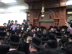 The Kossover Rebbe speaking at the levayah in Boro Park. (JDN)