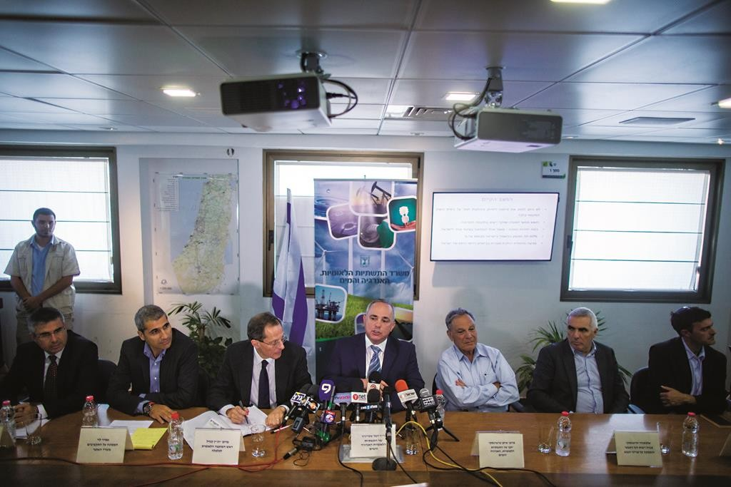 Israeli Minister of Infrastructure and Energy Yuval Steinitz (C) presenting the guidelines for regulating the country's offshore natural gas reserves at a press conference in Yerushalayim on Tuesday. (Yonatan Sindel/Flash90)