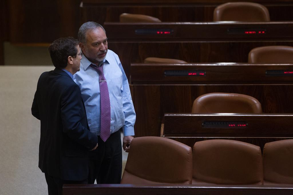 Yisrael Beiteinu party leader Avigdor Lieberman (R) with opposition leader Isaac Herzog. (Miriam Alster/Flash90)