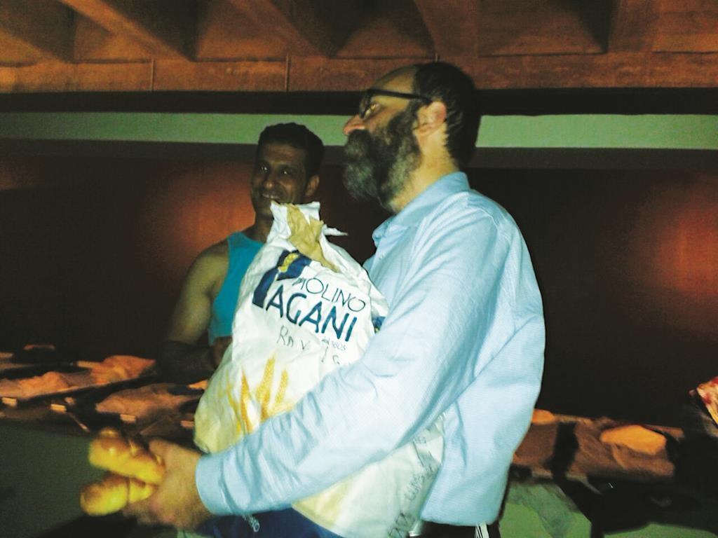 Rabbi Yigal Hazan bringing meals to refugees