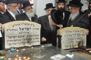 The Rebbe at his father's kever. (Aharon Leibowitz)