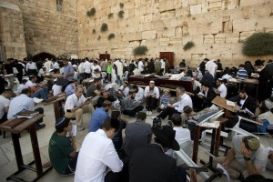Yidden gathered at the Kosel for recitation of Megillas Eichah and Kinnos this past Tishah B'Av. (AP Photo/Sebastian Scheiner)