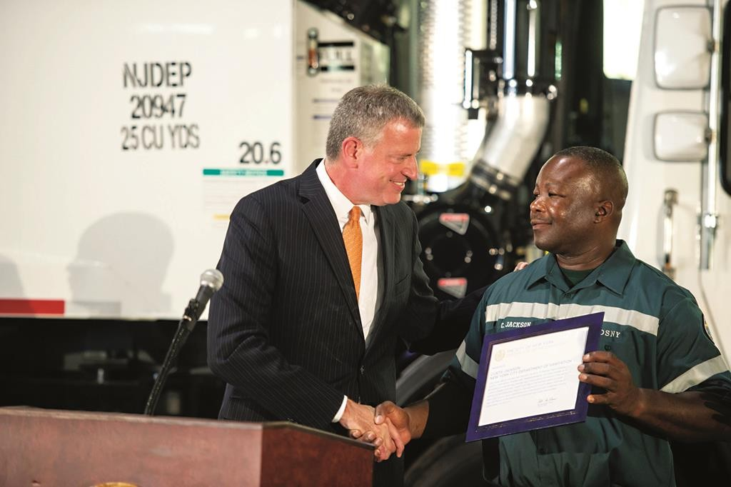 Mayor Bill de Blasio on Thursday honors in Manhattan sanitation worker Curtis Jackson, who thwarted an attempted robbery last month. (Demetrius Freeman/Mayoral Photography Office)