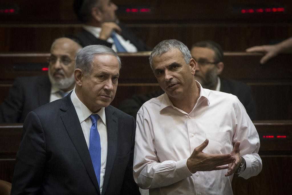 Finance Minister Moshe Kahlon (R) wouldn't go along with Prime Minister Binyamin Netanyahu's plan for a 2015-17 budget. (Hadas Parush/Flash90)