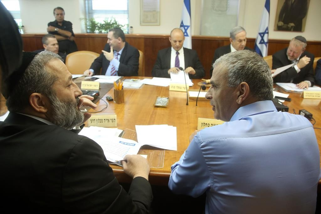 Israeli Economy Minister Aryeh Deri (front, L) and Minister of Finance Moshe Kahlon (front, R) at the weekly cabinet meeting at the Prime Minister's Office in Yerushalayim on Monday.  (Marc Israel Sellem/POOL)