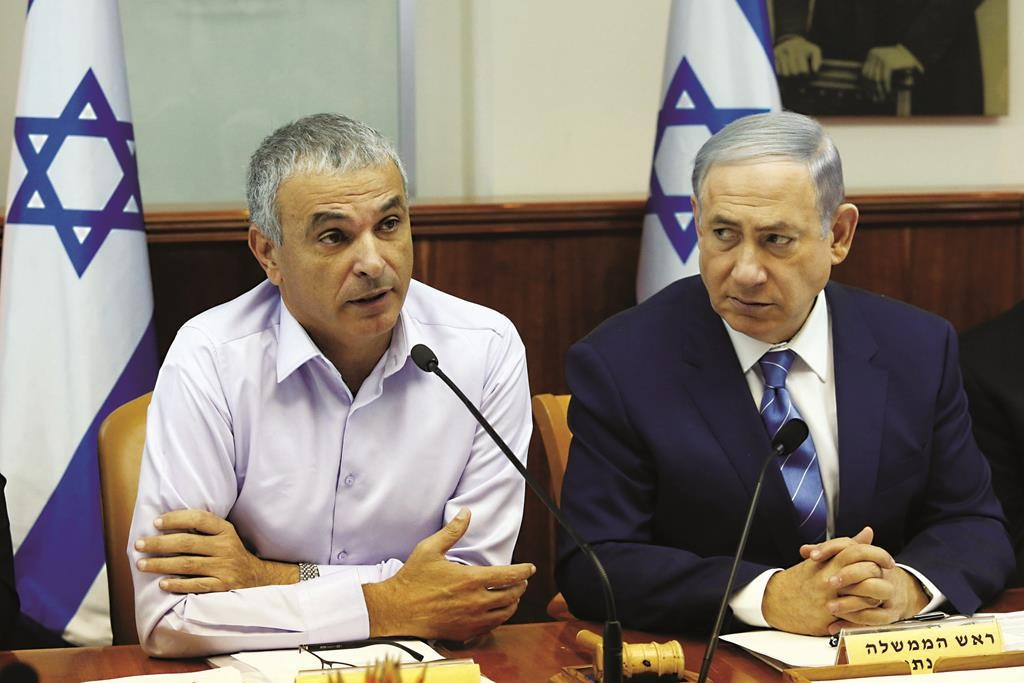 Israeli Prime Minister Binyamin Netanyahu (R) and Finance Minister Moshe Kahlon trying to pass the budget at the weekly cabinet meeting in Yerushalayim on Wednesday. (Marc Israel Sellem/POOL)