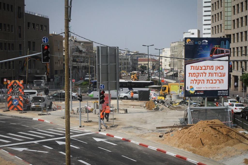 A construction worker at the intersection of Allenby and Yehuda Halevi streets in Tel Aviv where work began on the light rail this week.  (FLASH90)