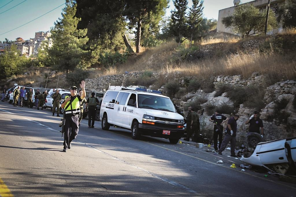 Israeli security forces at the scene of a terror attack near Shiloh in the Shomron on Thursday. (Flash90)