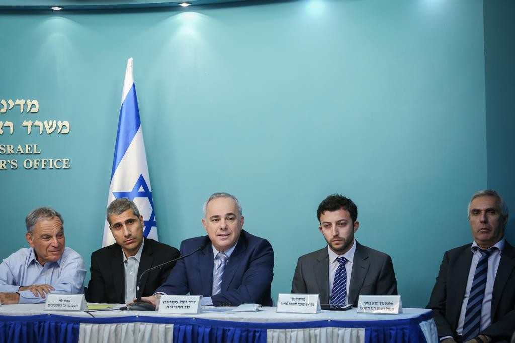 Energy Minister Yuval Steinitz (C), speaks during a press conference with Professor Eitan Shashinsky (L), Amir Levy, the deputy chairman of the national finance committee, Moris Dorfman, and manager of the Gas Authority Alexander Varshavsky (L), on the final gas agreement at the Prime Minister's Office in Yerushalayim, on Thursday.  (Hadas Parush/Flash90)